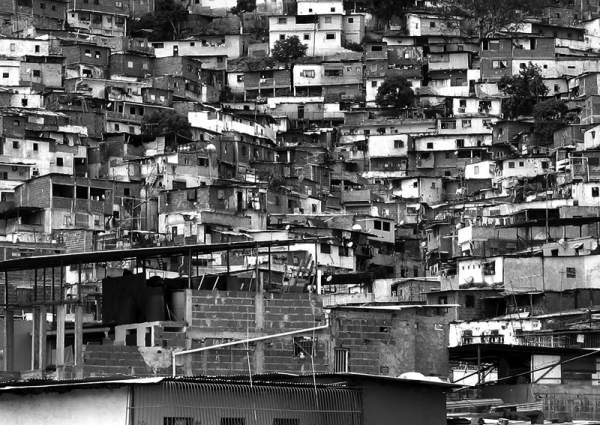 In Caracas. Die Hütten, die an der Flanke des Berges hängen, haben weder Strom noch fließendes Wasser. (Fotograf: Fred Miranda)