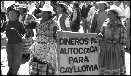Protestanten fordern einen Teil der Gewinne aus dem Tourismus: 'Das Geld der Autocolca für Caylloma'. (Fotograf: Antoine Bayet)