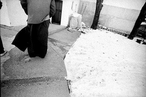 Komunumo kaj ortodoksismo: la popo, figuro de aŭtoritato, edziĝinta kaj patro de tri infanoj, montras, ke la vojoj de feliĉo, de moralo, de stabileco politika kaj familia estas kunligitaj (Fotografisto: Aulne Boniface)
