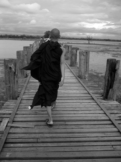 Azio, inter religio, malriĉeco kaj turismo. Tie, en Birmanio (Fotografisto: Stéphanie Bellenger)