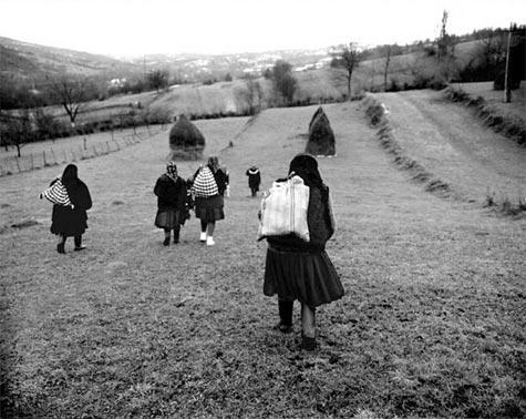 Sârbi, Rumanio. Reveno de la foiro tra kamparoj (Fotografisto: Kathleen Laraia MacLaughlin)